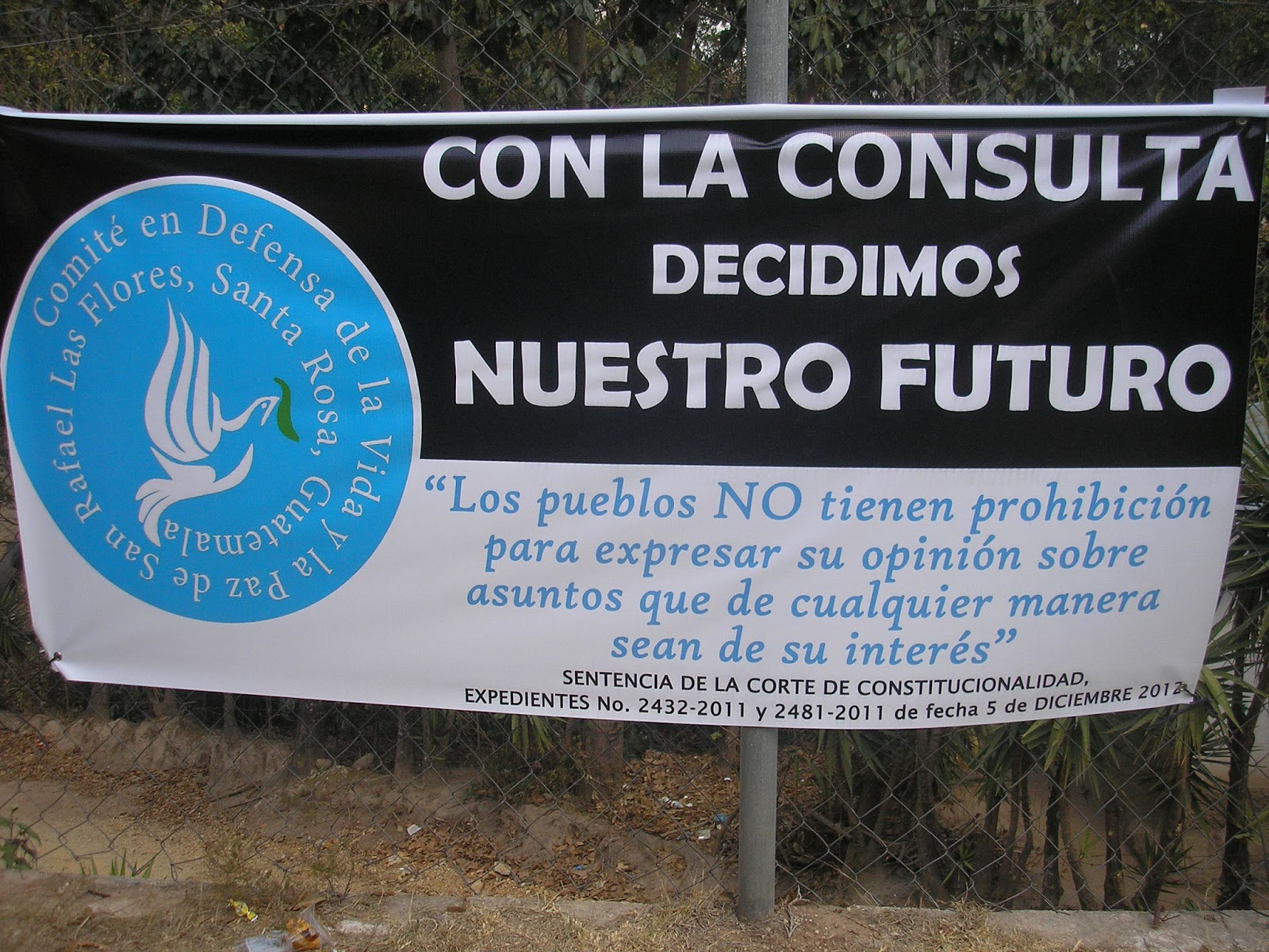 """""""With the referedum we decide our future"""" Banner of the Committee in Defense of Life and Peace (Photo: NISGUA)"""