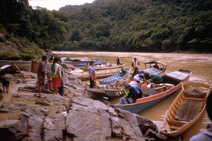 Indigenous people shown leaving Bato Kelau village for the last time due to construction of the Bakun Dam in Malaysia (Photo: International Rivers)