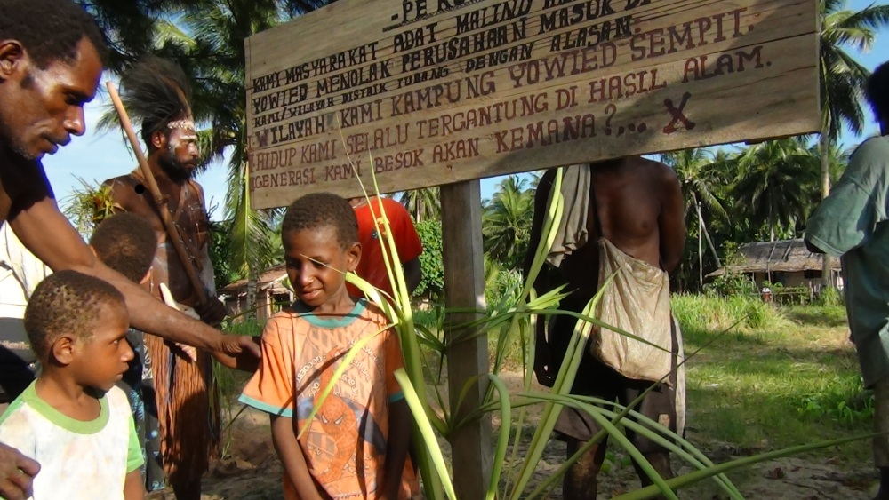 A Papuan community in Yowid stating their opposition to PT Mayora and PT Astra (Photo: AwasMIFEE )