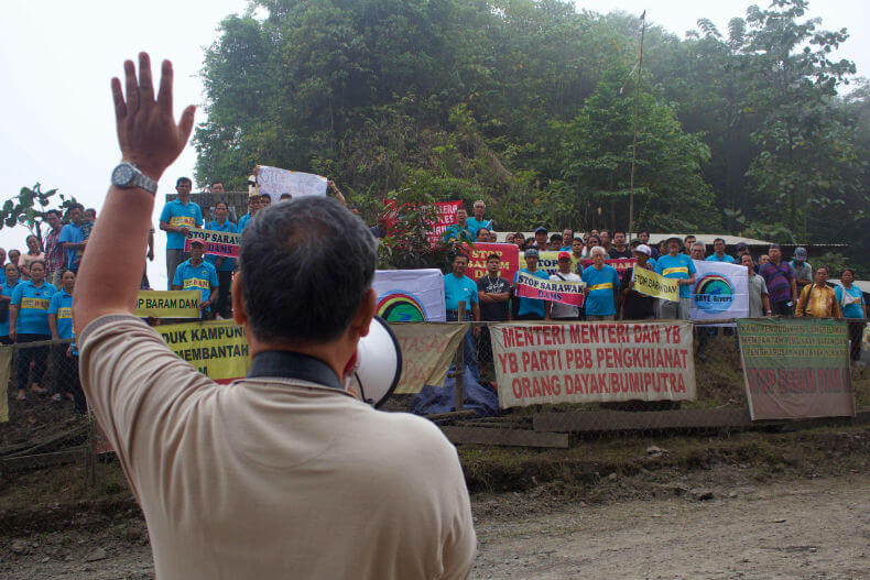 Peter Kallang, Chairman of SAVE Rivers, rallies the crowd at the blockade at Kilometer 15