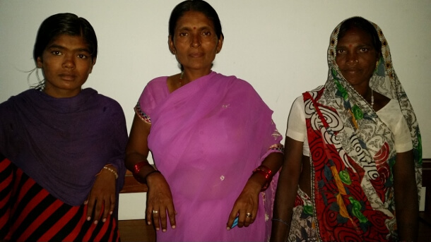Shobha (center) with daughter Deepika (left) and associate Rekha (right) before the Lucknow rally against the incarceration of the opponents of the Kanhar dam in July 2015. (WNV/Pushpa Achanta)