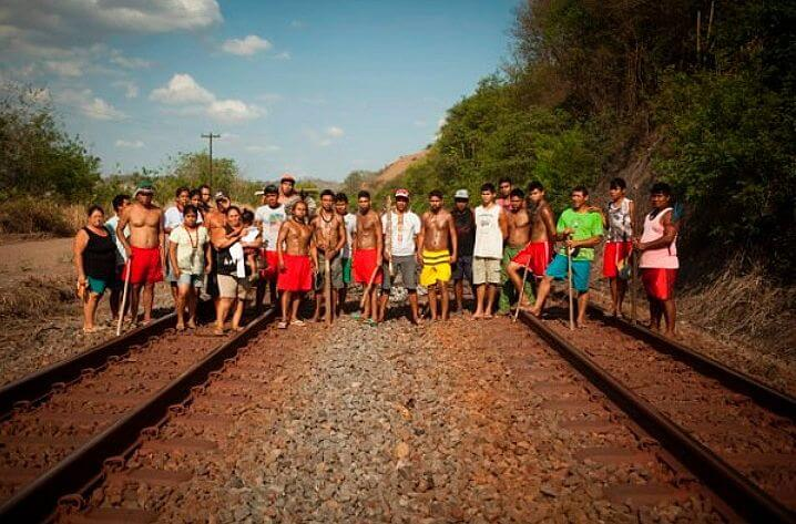 Krenak people protest on the Vitória-Minas Railroad. Photo: Reproduction.