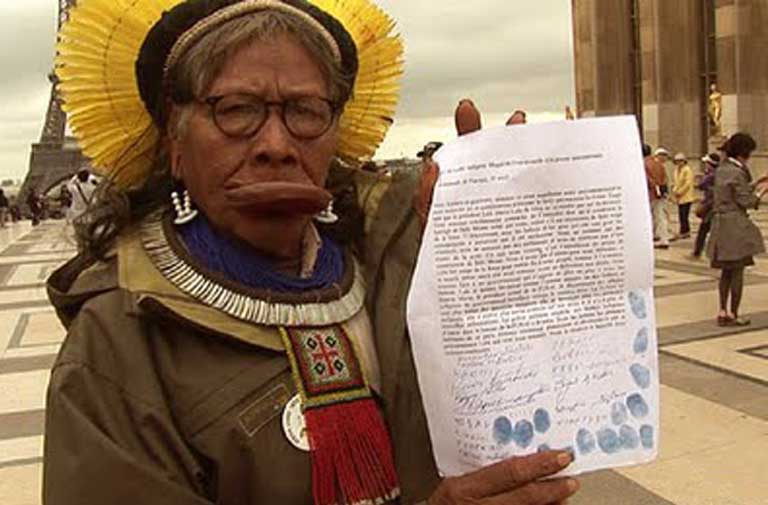 Chief Raoni of the Kayapo people, an indigenous leader who took an international petition against the Belo Monte dam to Europe seeking support. Photo by Gert-Peter Bruch licensed under the Creative Commons Attribution-Share Alike 3.0 Unported license
