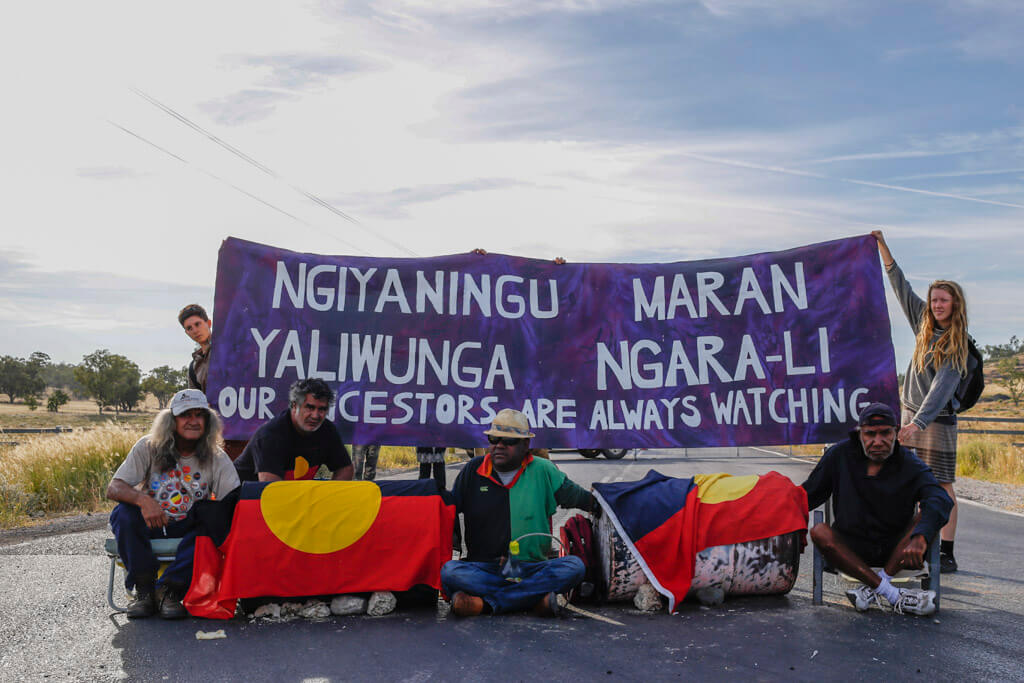 Gamilaraay and Githabul men lock on to protect Country