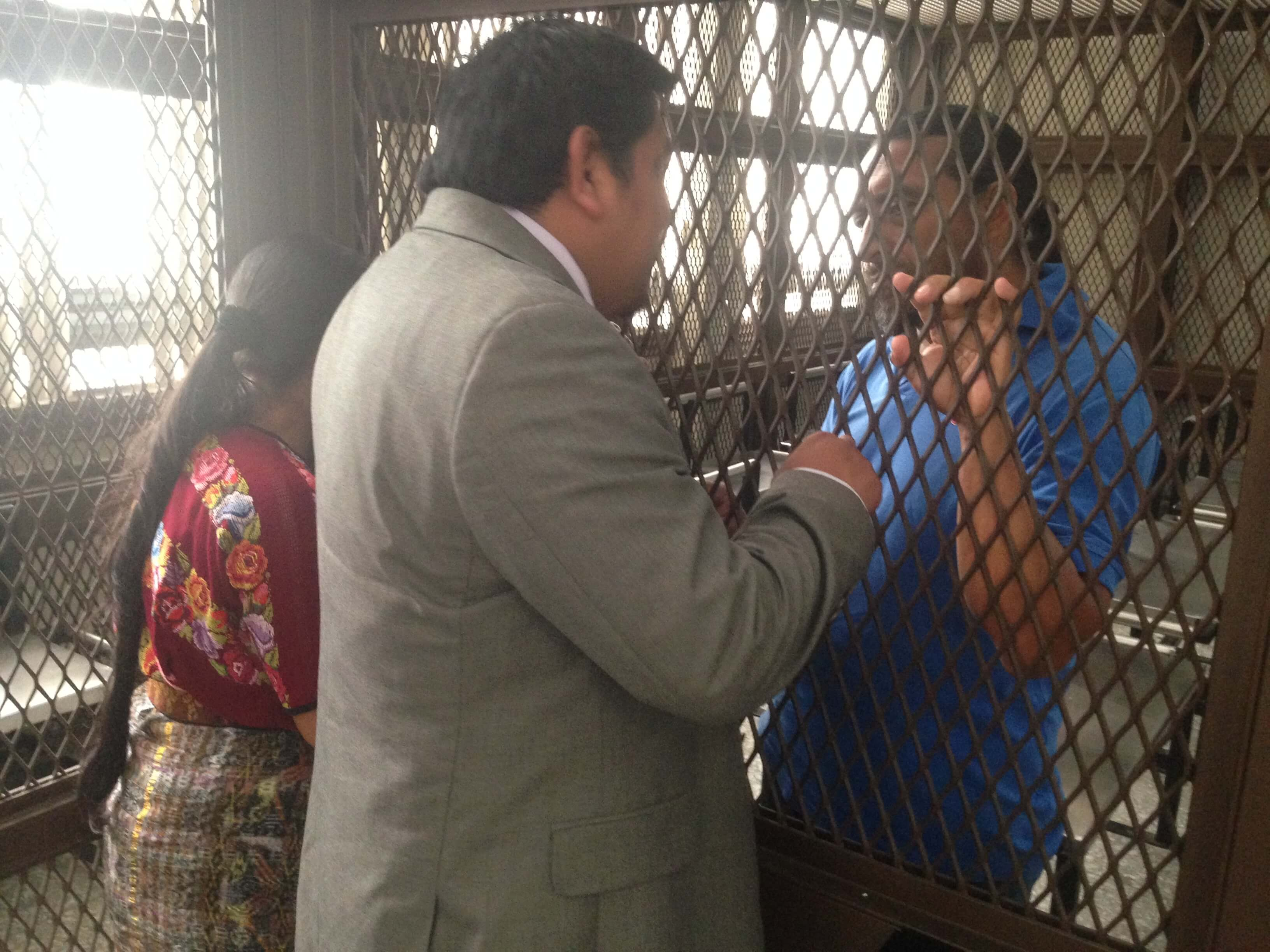 Juan Castro talks to Rigoberto Juarez before the start of the trial.  Photo: José Agry Sian