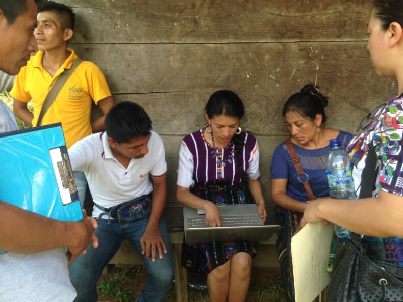 Autoridades de San Pedro Cotija (Copones) en consulta legal con las abogadas Mayas Ixquik Poz y Rosa Ixcol (agosto de 2016). Foto: Manuela Picq.