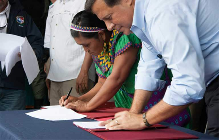 Former General Cacica Silvia Carrera and Panamanian President Juan Carlos Varela sign the recently rejected Barro Blanco agreement on August 22nd at a ceremony in Llano Tugri, the capital of the Ngäbe-Bugle comarca. Photo by Camilo Mejia Giraldo