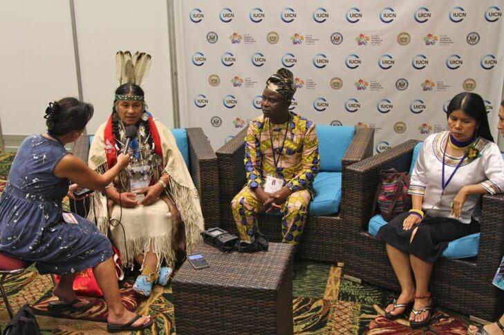 Caleen Sisk, jefe de la tribu Winnemem de EEUU y el jefe Appolinaire Ousso-Lio de Benín, siendo entrevistados en el Congreso de Parques Mundial.