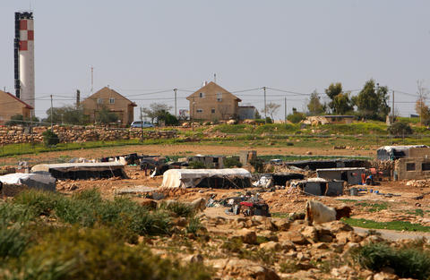 An existing settlement beside the Abu Dis garbage dump. Photo: Haytham Othman / MaanImages