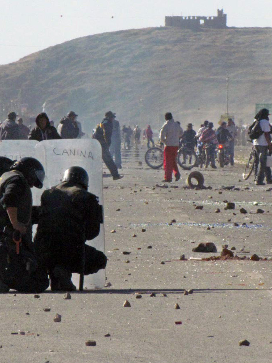 Protestors stormed the Manco Capac airport, provoking brutal police repression (Photo: Los Andes/Reuters)